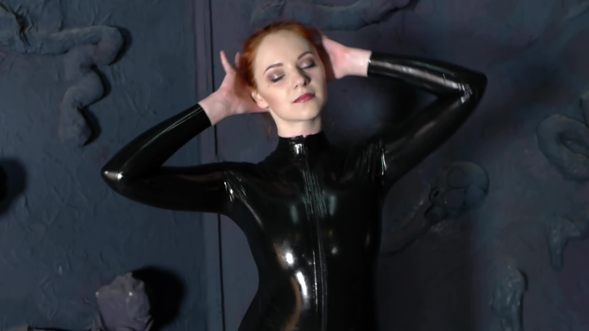Latexmodel in a black Latex Catsuit