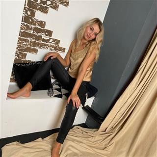Hot Girl in Leather Leggins